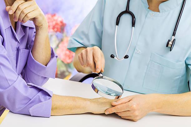 дерматолог устанавливает характер новообразования