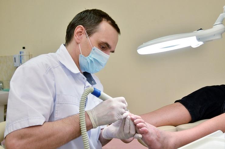 К какому врачу идти при грибке ногтей