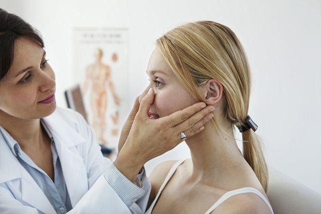 косметолог устанавливает причину появления пигмента