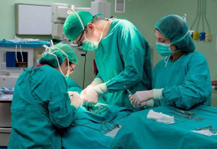 хирург полностью удаляет жировик