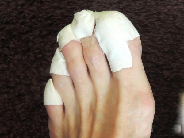 наносится на ногтевые пластины при помощи ватного диска