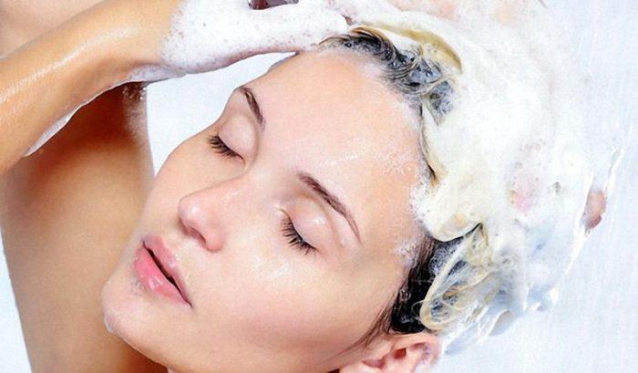 шампунь наносится на волосистые участки головы