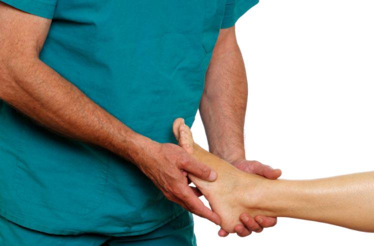 Шелушится и трескается кожа на пальцах ног и ступнях: причины, что делать?
